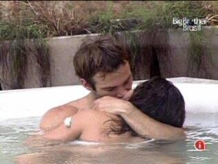 Wesley e Maria se beijam