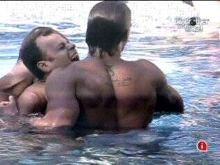 Daniel é abordado por brothers na piscina