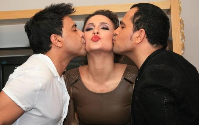 O beijo da dupla em claudia Leitte