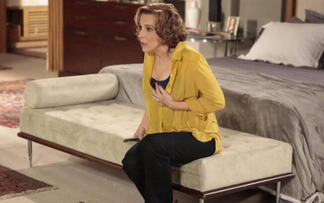 Clarice (Ana Beatriz Nogueira) assiste ao DVD de Natalie com seu marido em