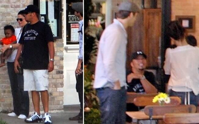 Sandra Bullock com o bebê Louis, um amigo e Ryan Reynolds. O grupo esteve na padaria da irmã da atriz em Austin, Texas, em 27 de setembro.