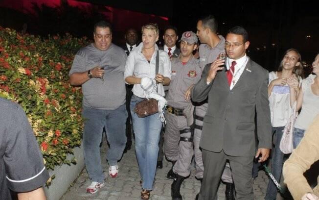Xuxa chega ao shopping cercada de seguranças