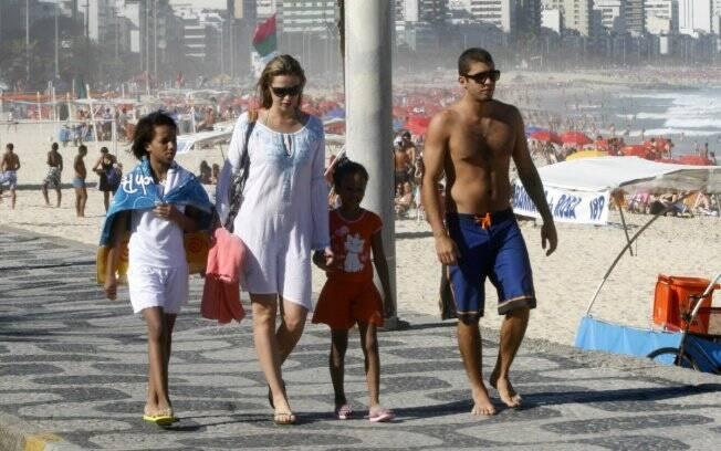 Luana Piovani e Pedro Vianna com as meninas Luana e Juliana
