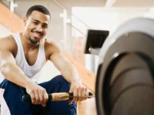 Na academia, o ideal é combinar musculação e exercícios aeróbios