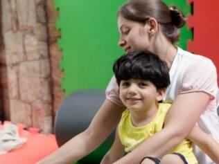 Guilherme com a fisioterapeuta: ele gosta dos exercícios mais radicais