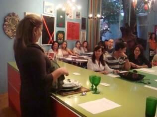 A consultora de etiqueta Lígia Marques em um de seus cursos