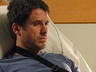Com a culpa pela morte de Luciana, Pedro (Eriberto Leão) sofre no quarto do hospital