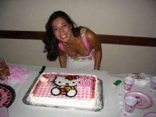Sheyla e seu bolo de 30 anos: aniversário junto com a personagem Hello Kitty
