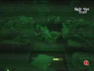 Depois de muita agitação em clima rastafári, os confinados dormem na casa do BBB