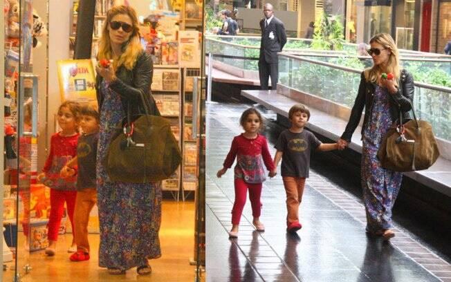 Carolina Dieckmann passeia com José e uma amiguinha do menino