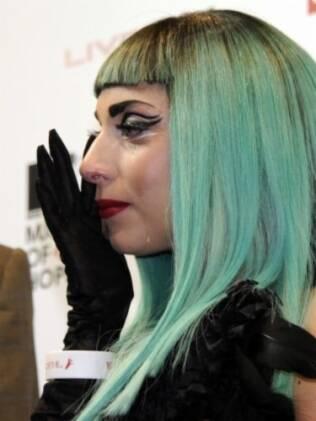 Lady Gaga se emociona ao pedir ajuda às vítimas do tsunami no Japão