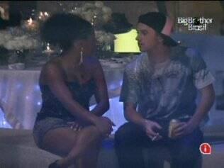 Janaína e Igor conversam sobre o jogo