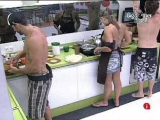 Natália, Igor e Cristiano preparam o almoço
