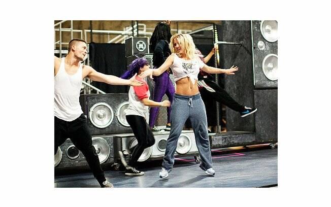 Britney Spears dança e exibe músculos marcados na região do abdome