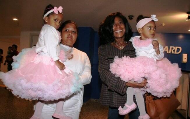 Glória Maria, as filhas Laura e Maria, e a babá