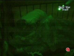 Escondido ao lado da cama de Rodrigão, Mauricio assusta o brother