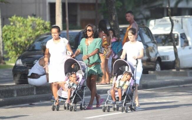 Glória Maria passeia com as filhas