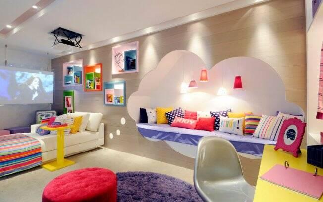 As arquitetas Éllen Cavalcante e Paula Ferraz colocaram um futon para leitura embutido no painel