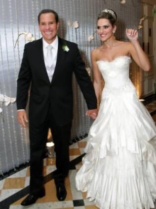 O casal Wanda Grandhi e Roberto Rezinski em seu supercasamento no Copa Palace