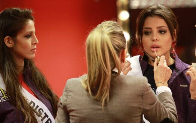 Ana Paula Padilha, Miss Pará, retoca o make sob o olhar de Alessandra Baldini, do Distrito Federal