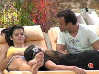 Maria, Talula e Daniel conversam na área externa