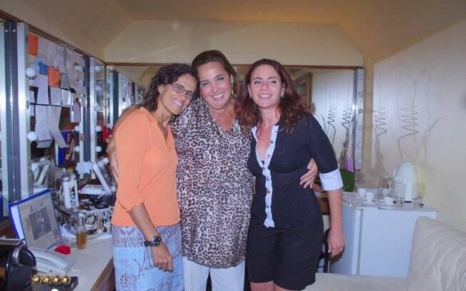 Zélia Duncan e Leilane Neubarth posam ao lado de Claudia