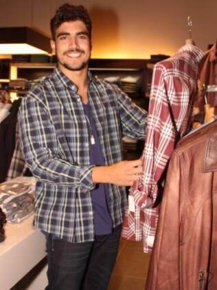 Caio Castro confere coleção masculina em inauguração de grifes em São Paulo