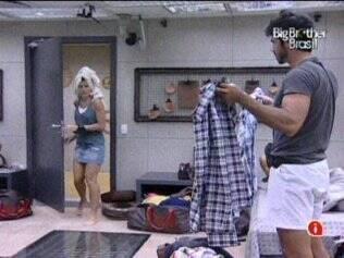 Rodrigão pede conselho sobre que roupa usar no Paredão