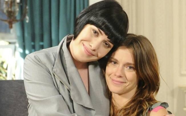 Emocionada, Carolina Dieckmann se despede de Mayana Moura, sua rival na trama