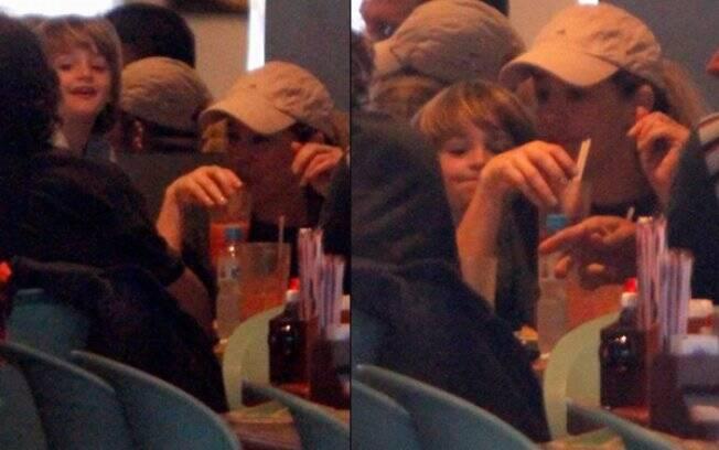 Danielle Winits e Noah em restaurante carioca