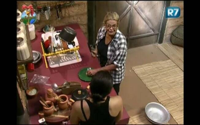 Monique brinca com a colega enquanto corta as cebolas