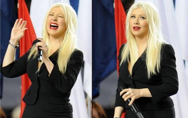 Christina Aguilera cantando o hino norte-americano e ao perceber que errou a letra: gafe ao vivo e durante a transmissão do programa de maior audiência dos Estados Unidos