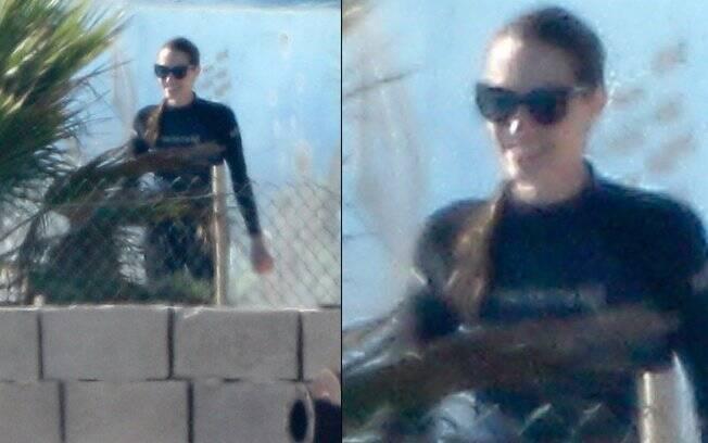 Angelina Jolie foi fotografada na piscina do parque aquático Mediterrâneo Bio Park, na ilha de Malta. A atriz  vestia uma blusa de mergulho preta e parecia bem tranquila