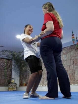 Pamella e a mãe em sessão de fisioterapia do método Cuevas Medek: