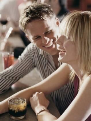 No bar: homem bloqueia o ambiente e foca a atenção só nela
