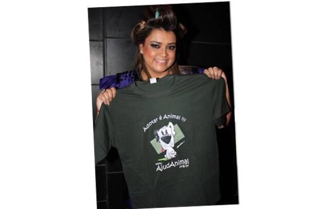 Preta Gil manda seu recado com a camiseta da ONG AjudAnimal: