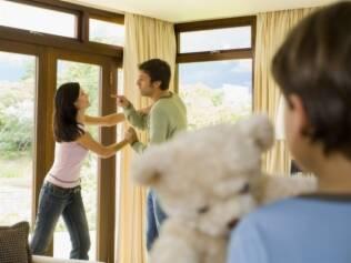 Mesmo comportamentos agressivos considerados menos graves entre os cônjuges, como controle e insultos, levam os pais a bater mais nas crianças