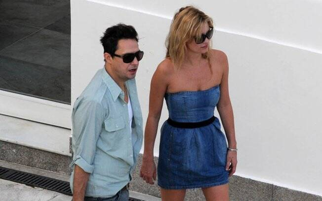 Kate Moss e Jamie Hince chegam à piscina do Copa para tomar café