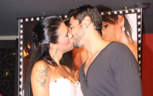 Ariadna ganha beijo do novo namorado Pablo Meliga