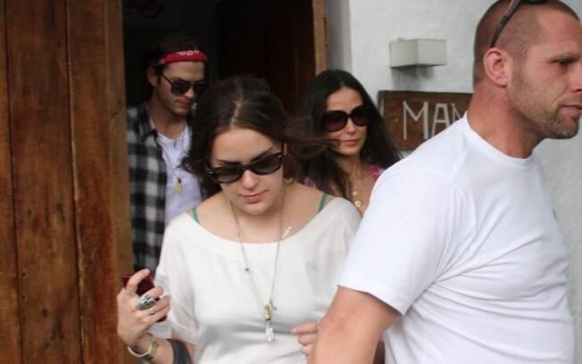 Ashton Kutcher, Demi Moore e Tallulah saindo do restautante Maní, em Pinheiros
