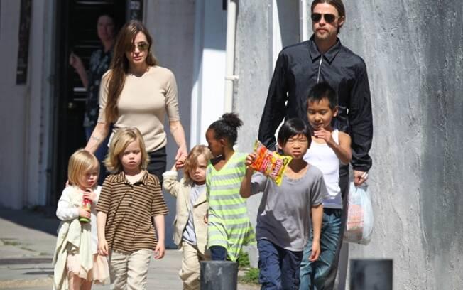 Brad Pitt e Angelina Jolie com os seis filhos durante passeio em março, em Nova Orleans, Louisiana