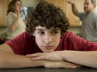 Pais mais autoritários não se saem melhor na missão de manter os filhos adolescentes longe do alcoolismo