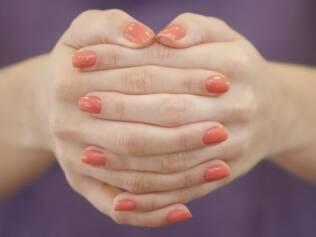 Uma mão com esmalte nacional e a outra com esmalte de
