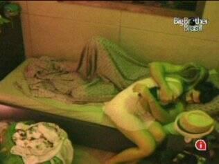Adriana vai até o quarto do Lado B para beijar Rodrigão