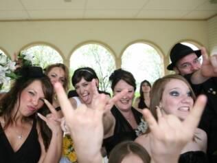 O amor dos noivos pelo rock foi o tema do casamento