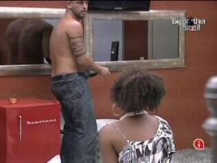 Mais uma vez, pausa no filme: Diogo pega refrigerante para os brothers