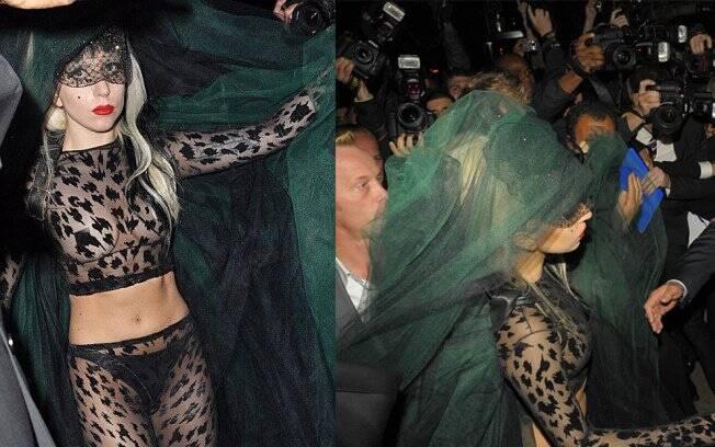 Gaga chega para a apresentação e enfrenta uma multidão de fotógrafos