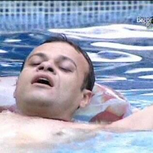 Daniel relaxa e se diverte sozinho na piscina