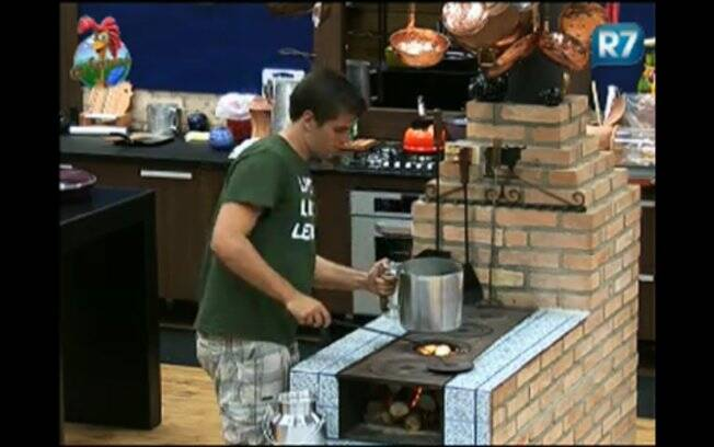 Enquanto os peões preparam o almoço, Thiago Gagliasso esquenta o leite para a cabra