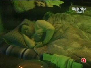 Daniel e Diana dividem cama, no Lado B